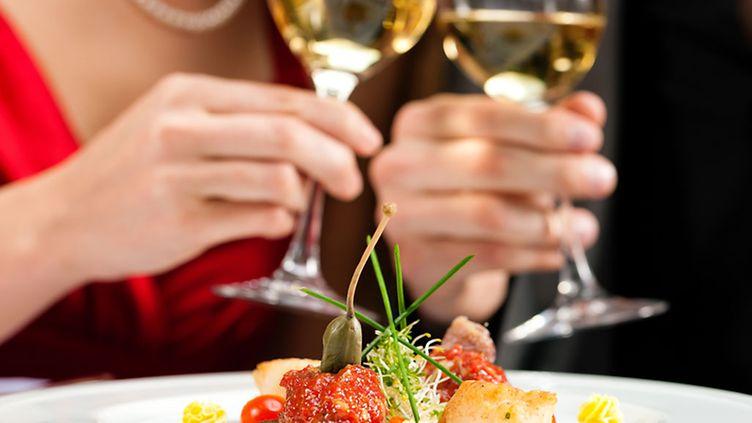 Perinteiset viiniopit uusiksi: Kuohuvaa roséta pääruoan ja valkoviiniä vasikan kanssa