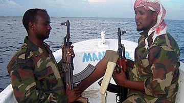 Vuonna 2006 merirosvoja jahdattiin näin järein asein. Kuva: ABUKAR ALBADRI / EPA