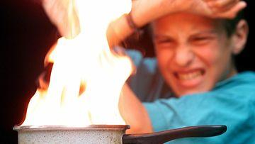 Lapsen on tärkeä tietää tulen riskit.