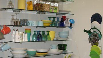 Jennin keittiön hyllyistä löytyy väriä moneen makuun.