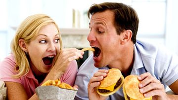Roskaruoka voi koukuttaa kuin kovat huumeet (Kuva: Shutterstock)