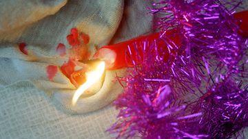 Kynttilä voi sytyttää tulipalon. Kuva: Lehtikuva