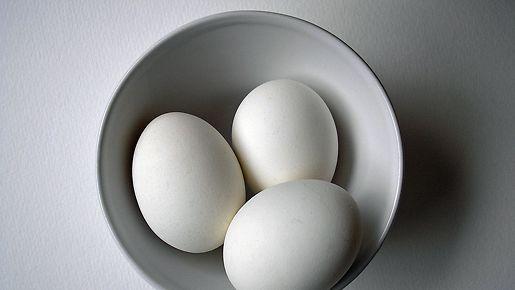 Kananmunat vatkataan huoneenlämpöisinä. Kuva: MTV3.