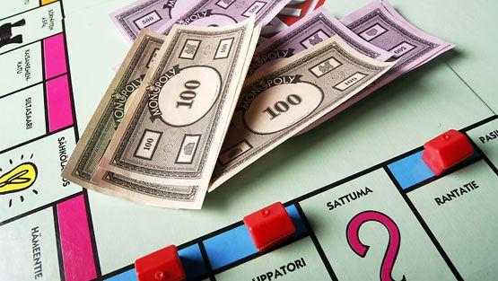 Nykyään Monopolyssa ei enää rahalla läträtä, vaan käytössä on luottokortti.