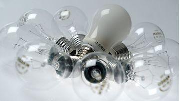 Hehkulamppuja ja energiansäästölamppu.