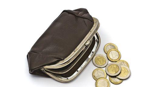 Käteisrahaa tarvitsee aina, sillä pankkikortti ei käy esimerkiksi uimahallin pukukopissa.