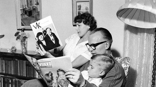 Perhe lukee yhdessä Viikkosanomia 1950-luvulla.