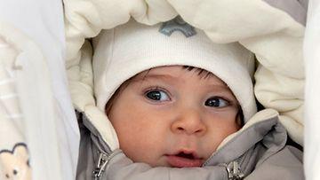 Äitiyspakkauksen haalari ja makuupussi on valmistettu ympäristöystävällisistä materiaaleista.
