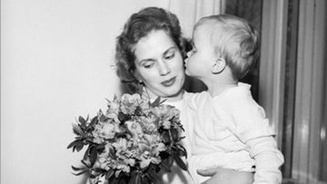 Äitienpäivän juhlintaa vuonna 1950-luvulla.