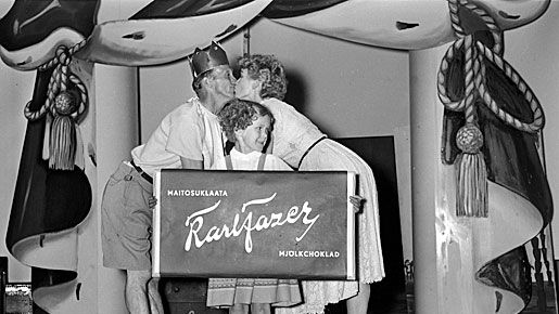 Mainosten kirjoittaminen ei aina ole niin helppoa. Kuvassa Linnanmäen mainosesitys vuodeslta 1953.