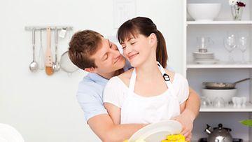 Tilastokeskuksen mukaan miehet ja naiset jakavat nykyään kotityöt tasaisemmin.