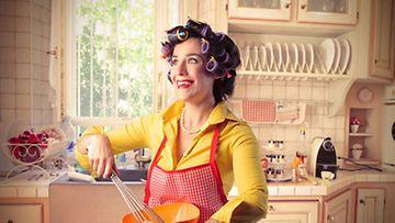 50-luvulla vaimon kuului valmistautua miehen kotiintuloon koko päivä, mutta suuttua ei saanut, jos ukko paineli mieluummin baarin puolelle.
