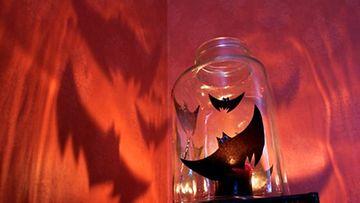 Valoilla ja varjoilla luot Halloween-tunnelmaa kotiisi.