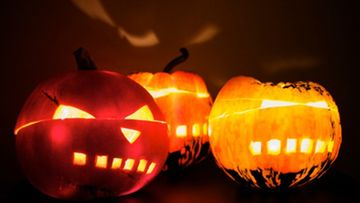 Arpinaama kavereineen toivottaa vieraat tervetulleeksi Halloween-juhlaan.