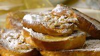 French Toast saksanpähkinöillä, vaahterasiirapilla ja tomusokerilla