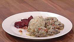 silakkapihvit, salotti-oliiviöljykastike sekä krossattua perunaa