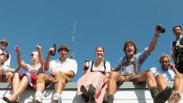 Paikalliset kokoontuivat festivaalialueen viereisille katoille juhlimaan.