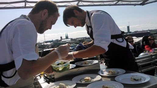 Ruotsalainen huippukokki Björn Franzén valmistaa nälkäisille ruokailijoille lounaaksi merikrottia.