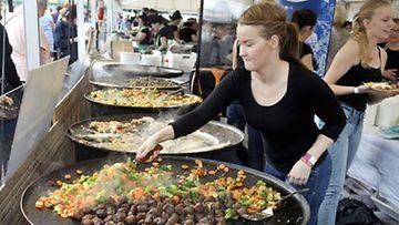 Ruokaa valmistetaan isoissa pannuissa Herkkujen Suomi 2011-tapahtumassa Rautatientorilla Helsingissä
