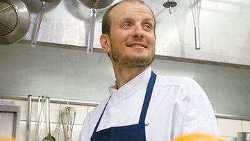Keittiömestari Hans Välimäki Chez Dominique -ravintolansa keittiössä