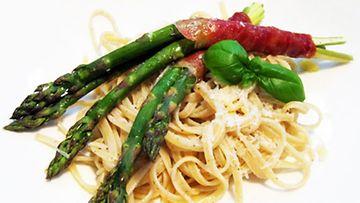 Jani Kinnunen perehtyy Sivumaku-blogissaan pastan saloihin.
