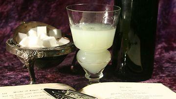 Oikeaoppiset välineet absinthen nauttimiseen.