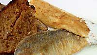 Paistettua siikaa, valkosipulileipää ja kurkkukastiketta