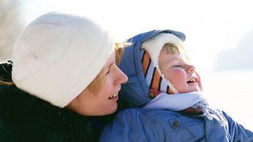 Perheen pienimmätkin voivat osallistua moniin pihaleikkeihin.
