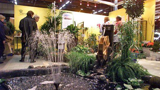 Puutarhamessuilta saa toimivia ideoita oman pihan kaunistukseksi. Kuva vuodelta 2001.