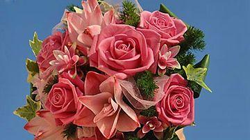 Trendikäs vaaleanpunainen on monen kevätmorsiamen suosiossa.