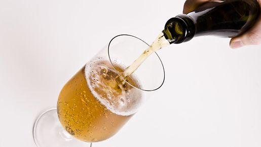 Kaada olut lasi kallellaan.