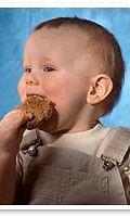 Lapsi syö leipää