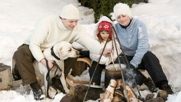 Hiihtolomalla voi suunnata koko perheen voimin retkelle luonnon helmaan.