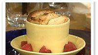Vaniljalla maustettu vadelma-leipävanukas