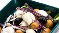 Oliivi-mozzarellasalaatti