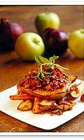 Kirpeänmakea omenahakkelus maistuu kyljyksen kanssa, paahdetut juurekset ja peru