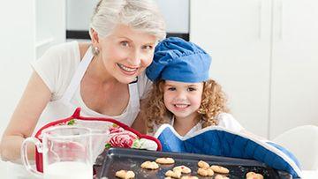 Perheen kesken leipomalla lapset oppivat tärkeitä arjen taitoja.