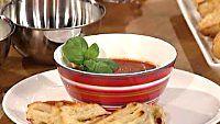 Mausteinen tomaattikeitto ja sipulipiiraat