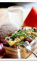 Ruokaisa salaatti syntyy makaronista ja valmiista pyöryköistä
