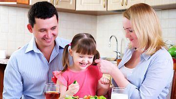 Positiivinen ilmapiiri ruokapöydässä kannustaa lasta kokeilemaan uusia makuja.