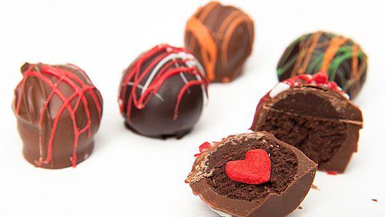 Itse tehdyt suklaakonvehdit voi koristella mieleisekseen.