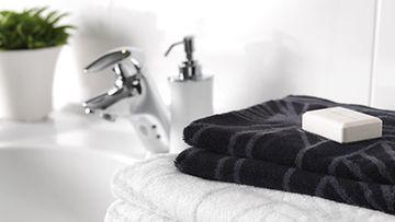 Finlaysonin Sade-pyyhkeeseen on mukava kietoutua suihkun jälkeen. Kuva: Finlayson