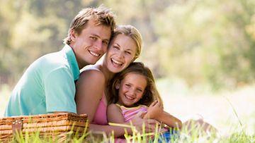 Kesällä lähdetään piknikille luonnonhelmaan! Pakkaa lapsille pelejä ja puuhapaketti.