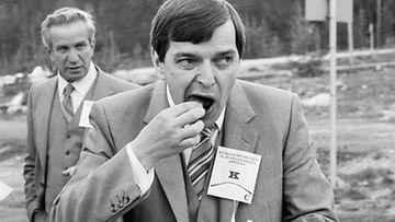 Keskustapuolueen puheenjohtaja Paavo Väyrynen syö makkaraa Kepun puoluekokouksessa Rovaniemellä 18 kesäkuuta 1982.
