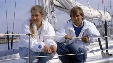"""Harry """"Hjallis"""" Harkimo ja Mikaela von Koskull poseeraavat purjeveneen kannella Plymouthissa 7. kesäkuuta 1986. Molemmat osallistuvat Two Star-purjehduskisaan."""