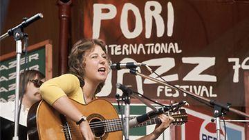 Muusikko Carita Holmström esiintyi Porin Jazzeilla kesällä 1974