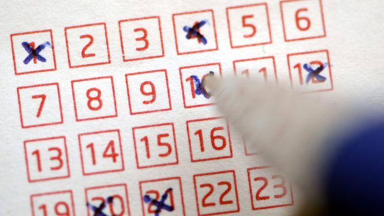 Lotto-kupongin täyttämistä Helsingissä 26. lokakuuta 2012.