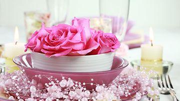 Vaaleanpunainen on yksi varjojuhlien pääväreistä, joten tuo sitä mukaan myös kattaukseen.
