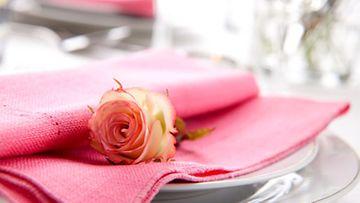 Ruusut tuovat romanttista tunnelmaa.