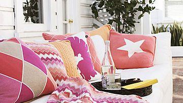 Olohuoneen tai parvekkeen ilme päivittyy kasalla herkullisen värisiä tyynyjä.